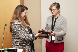 Hilit F. Mechaber, M.D., presents Elizabeth Franzmann, M.D., with her award.